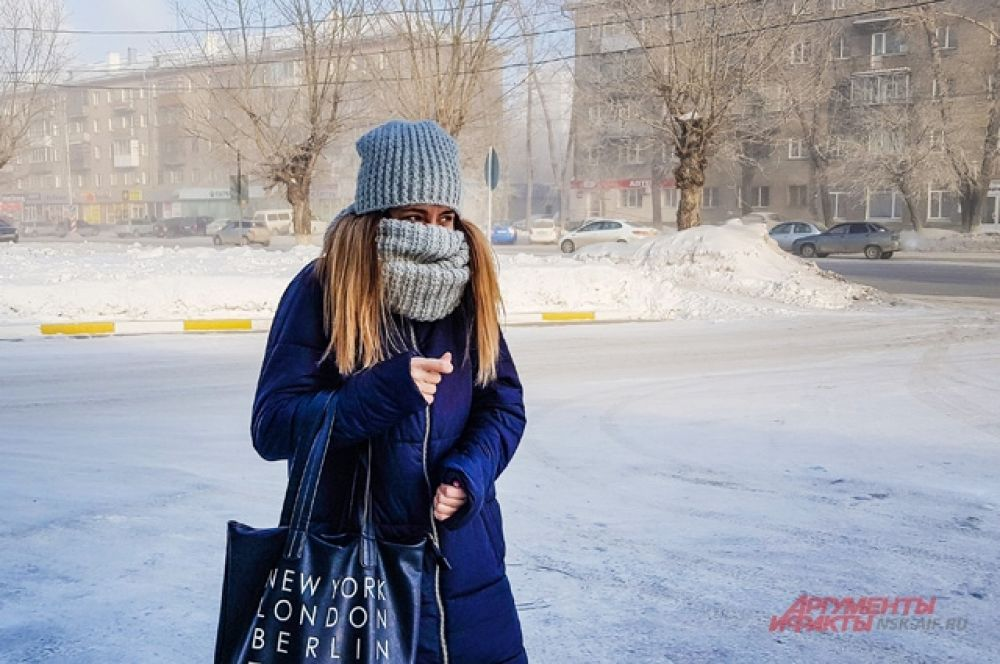 Чтобы согреться, организм забирает тепло с периферии — рук и ног. Поэтому одевайте варежки и носки потеплее.