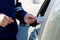 Автомобилист передал инспектору 2 тысячи рублей за то, чтобы он не выписывал штраф.