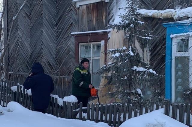 В Лабытнанги устраняют аварийную ситуацию в доме в переулке Ленинский