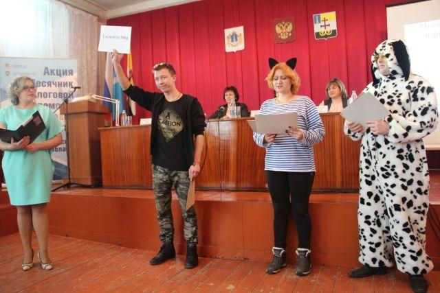 Начало деловой части предварили аниматоры сценками из мультсе- риала о Простоквашино. Дядя Фёдор, пёс и кот доступно рассказали, как надо платить налоги.