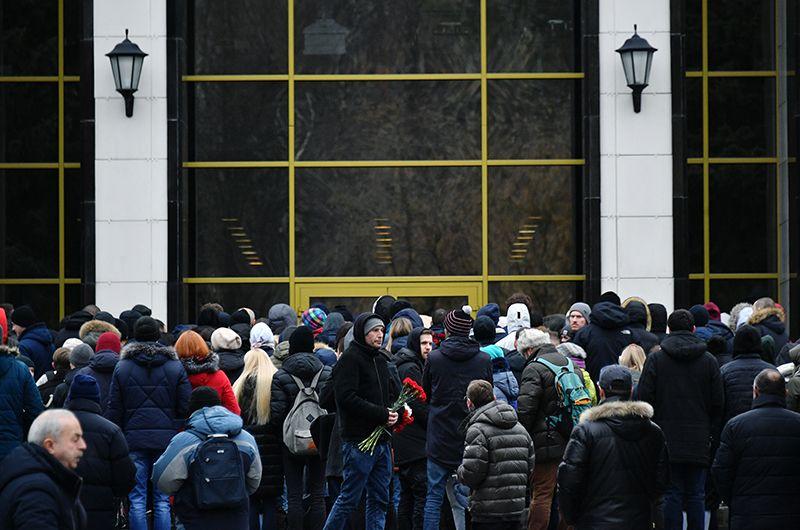 Люди, пришедшие проститься с Децлом, у здания Центральной клинической больницы управделами президента РФ.
