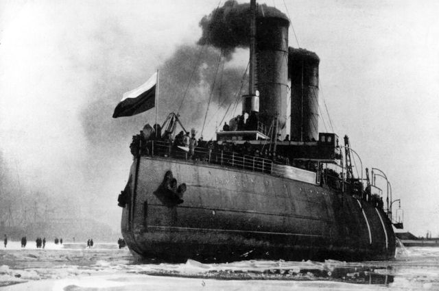 Ледокол «Ермак» прибывает в Кронштадт вскоре после спасательной операции.