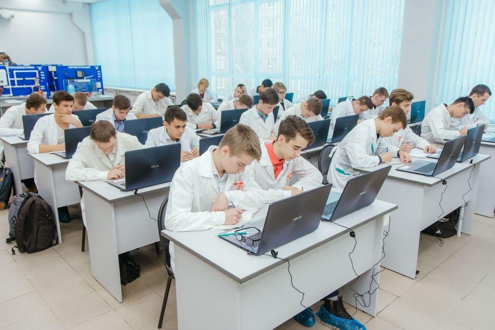 Теперь студенты смогут осваивать профессии в условиях, максимально приближенным к реальному производству. В их распоряжении 18 автоматизированных установок, каждая из них –  аналог реального промышленного оборудования.