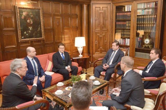 Беседа в резиденции немецкого посла - чрезвычайный и полномочный посол Германии в России Рюдигер фон Фрич (крайний слева),  губернатор Алексей Островский (напротив).