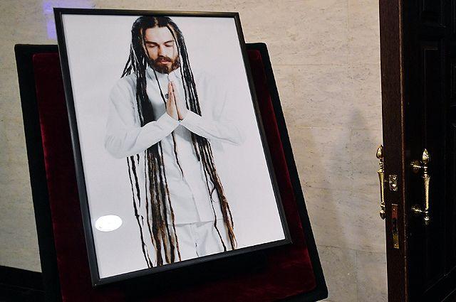 Портрет рэпера Децла рядом с залом, в котором проходила церемония прощания.