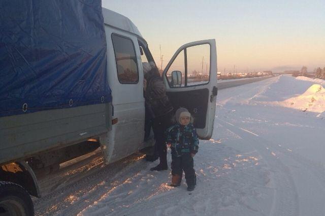 На тюменской трассе автоинспекторы спасли бабушку с дедом и их внука Егора