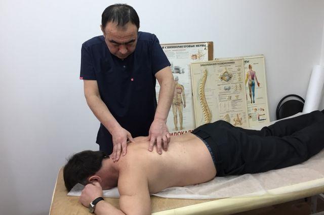 Руки специалистов помогают вернуть здоровье пациентам.