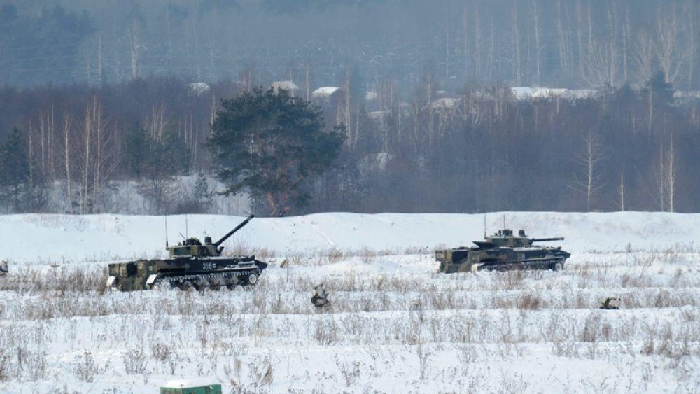 Пешее наступление поддерживают боевые машины.