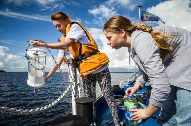Будущие специалисты по техносферной безопасности берут пробы воды из Горьковского водохранилища.
