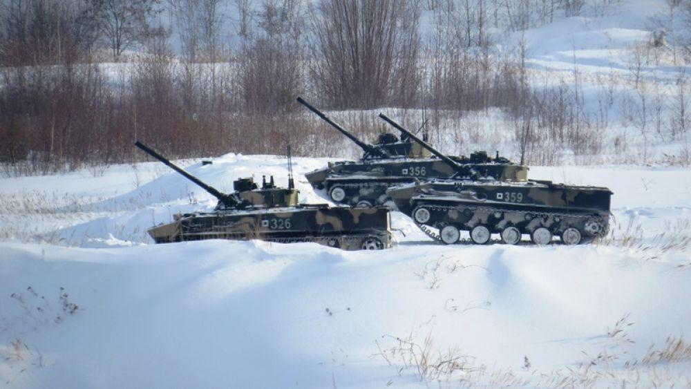 Первыми в бой вступают боевые машины десанта.
