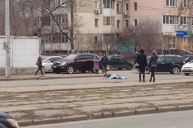 В Одессе грузовик сбил женщину: водитель скрылся с места происшествия
