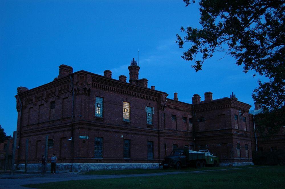 Кароста, Латвия. Здание, построенное в 1900 году, до 1997 года служило местом отбывания дисциплинарных наказаний военнослужащих. Сейчас эта тюрьма - единственная в Европе, открытая для туристов. Помимо экскурсий можно остановиться на ночлег: за 15 евро с человека дадут поспать на нарах или железной кровати и попробовать тюремную пищу.