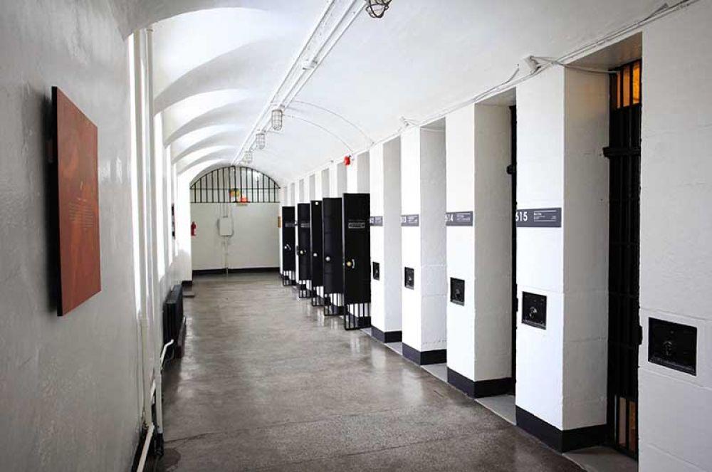 HI Ottawa Jail, Оттава. Тюрьма в округе Карлтон была открыта в 1862 году. Несмотря на то, что учреждение было объявлено образцовым для своего времени, заключенные содержались в очень плохих условиях, из-за чего в 1972 году тюрьму закрыли. Теперь это дружелюбный и гостеприимный хостел.