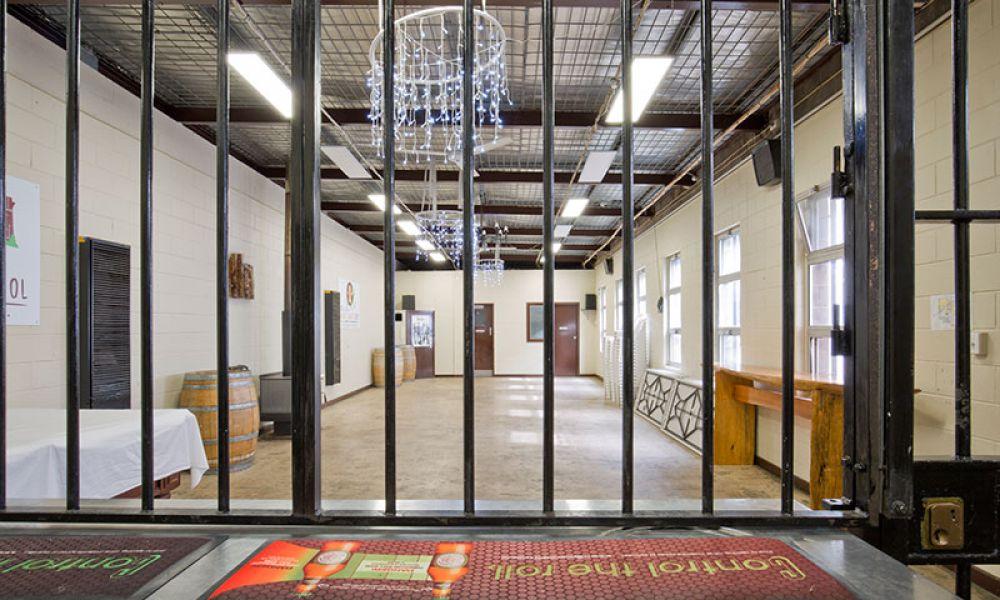The Old Mount Gambier Gaol, Маунт-Гамбир. Cтаринная тюрьма в австралийском городе Маунт-Гамбир была открыта в 1866 году и закрыта в 1995-м. С тех пор здание превратилось в недорогой отель, гости которого могут остановиться в различных тюремных помещениях: камерах или, например, бывшем офисе начальника тюрьмы.