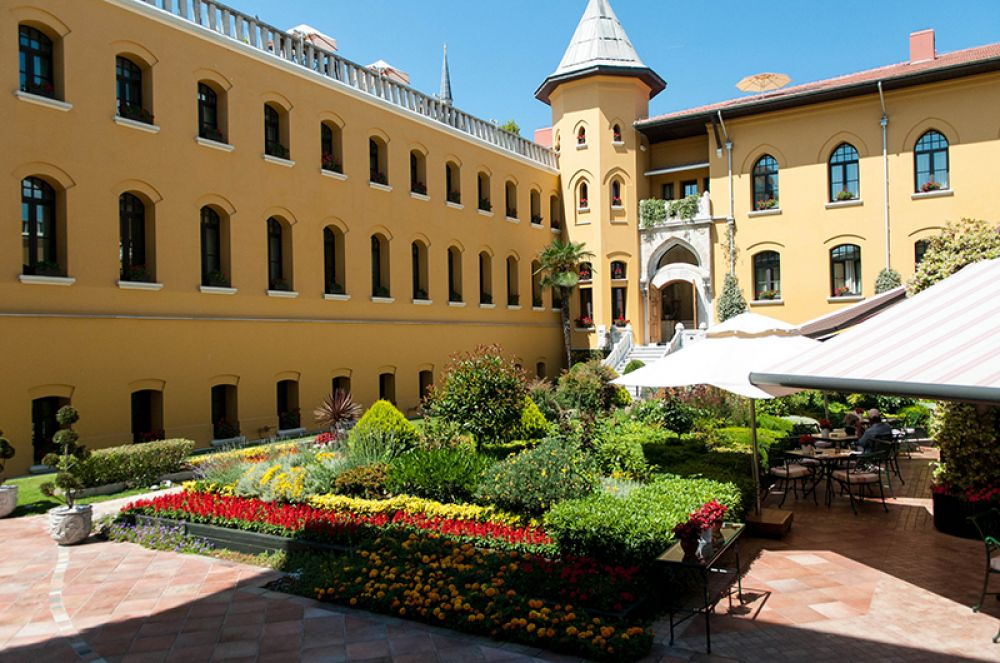 Four Seasons Hotel Istanbul at Sultanahmet, Стамбул. Тюрьма в районе Султанахмет, построенная в 1918 году, была первой в Стамбуле. Здесь отбывали срок сначала политзаключенные, потом тюрьма стала военной, пока окончательно не закрылась в 1969 году.