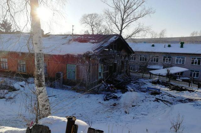 Столетний барак тушили пожарные в ЕАО.