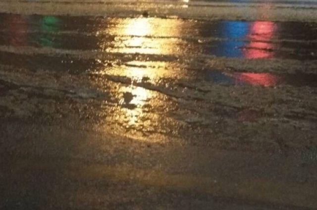 Воды было столько, что прохожим невозможно было перейти через дорогу, не замочив ноги.