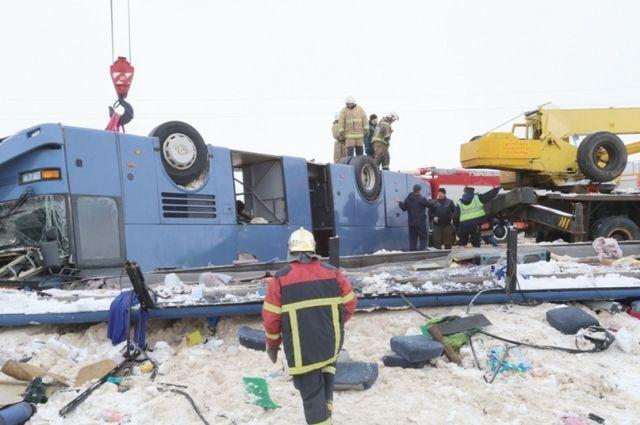 Крышу автобуса вдавило внутрь, стёкла лопнули, и почти все, кто был в салоне, оказались зажатыми. Спасательная операция длилась несколько часов.