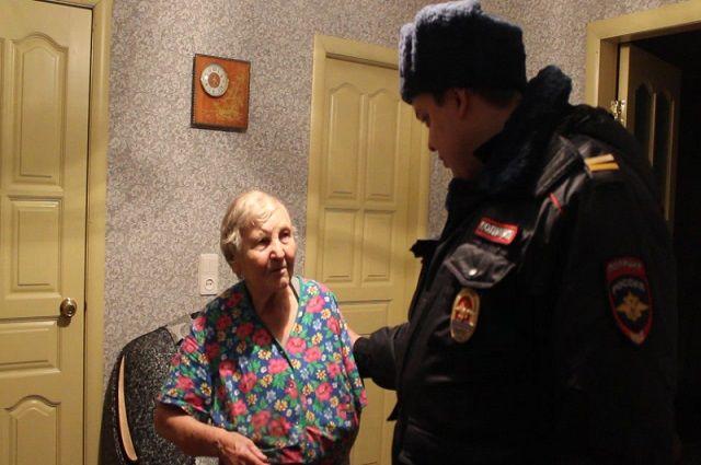 Полицейский спас бабушку
