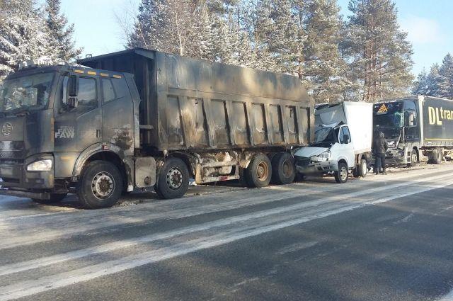 В результате ДТП водитель автомобиля «ГАЗ» получил травмы, его 44-летний пассажир также госпитализирован.