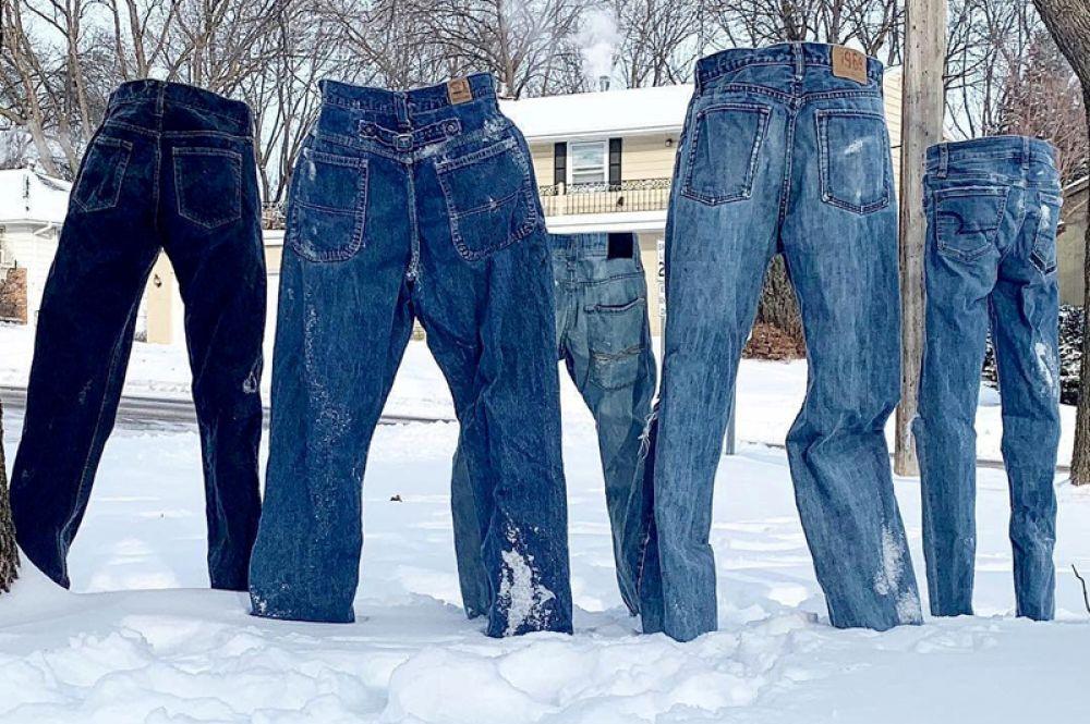 Джинсы в деревне Сент-Энтони, штат Миннесота. В северные районы США пришли аномально сильные морозы и снег.