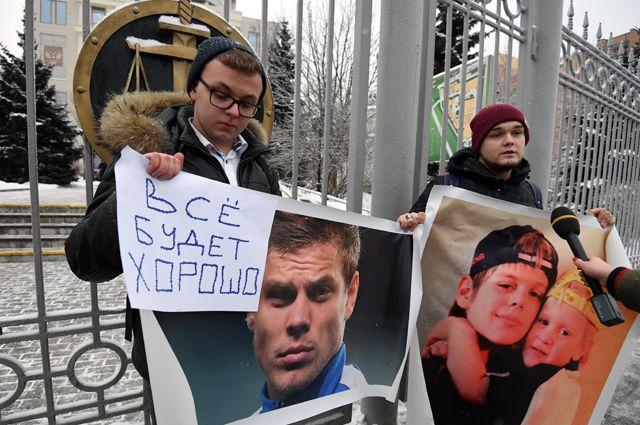 Молодые люди с плакатами у Московского городского суда, где проходило рассмотрение апелляции на продление срока содержания под стражей футболистов Александра Кокорина и Павла Мамаева.