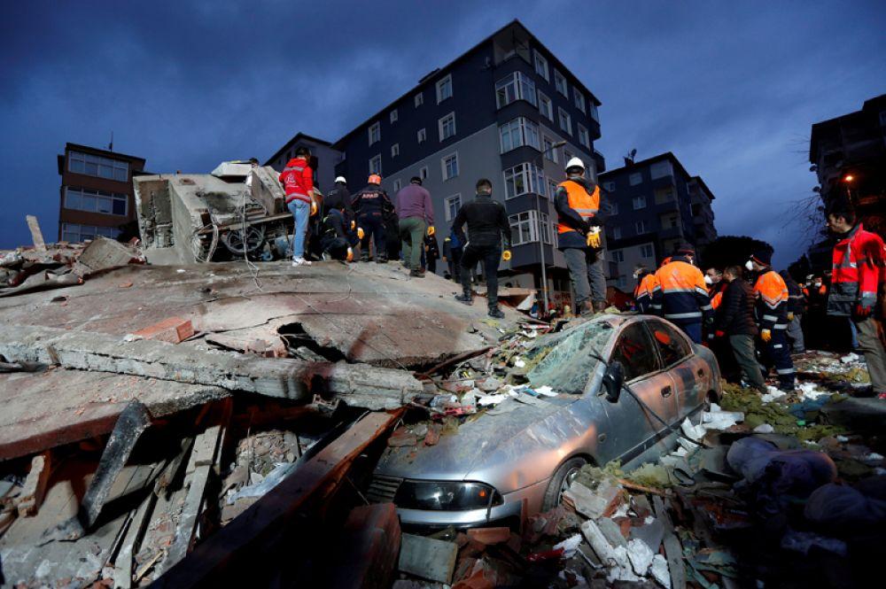 Спасатели ищут выживших на месте обрушившегося жилого здания в районе Картал в Стамбуле.