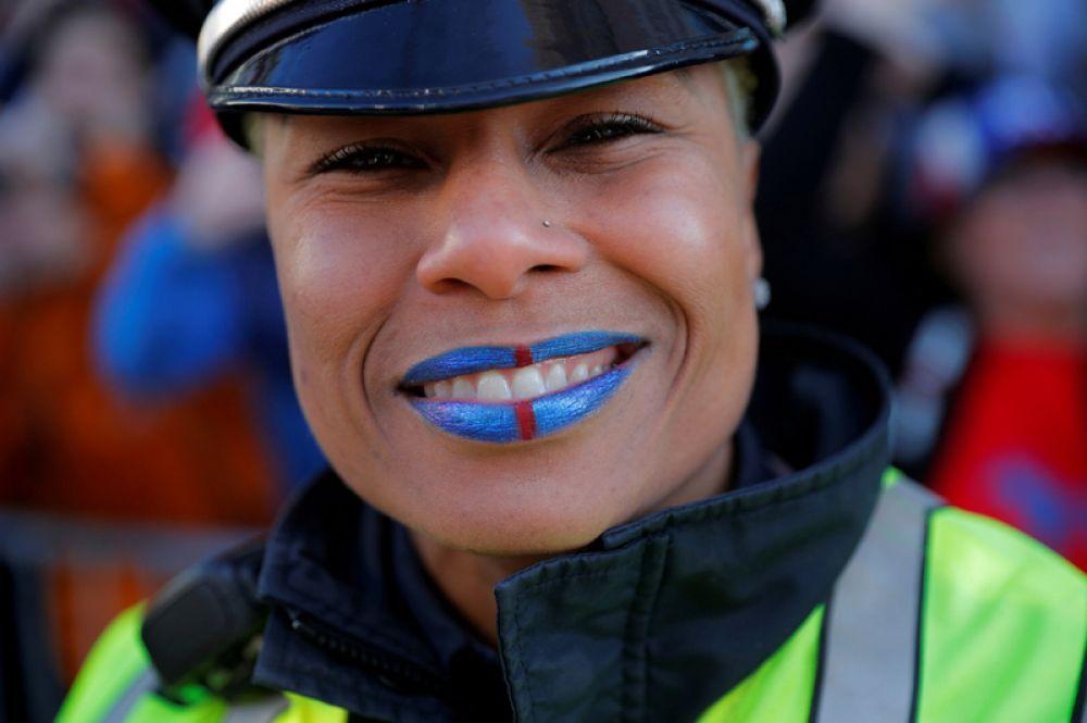 Офицер бостонской полиции во время победного шествия команды New England Patriots после их победы в Супербоуле.