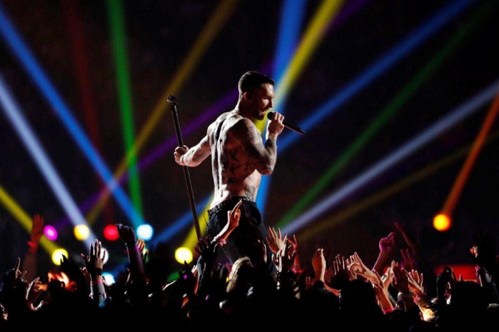 Солист группы Maroon 5 Адам Левин выступает в перерыве Супербоула.