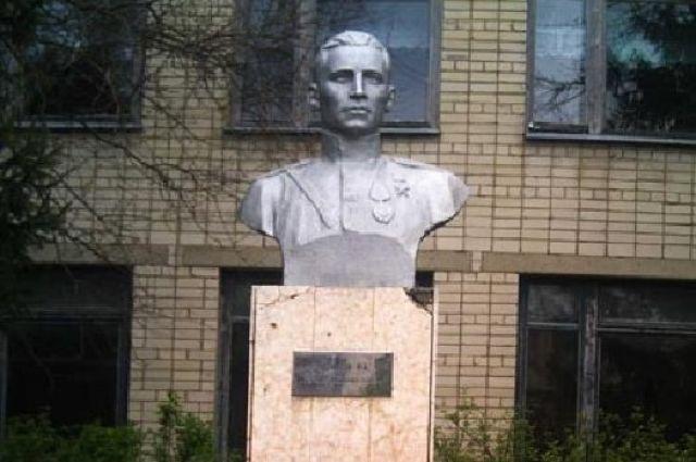 Единственный памятник Фёдору Васильеву - у школы №7.