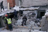 Спасатели и подрядчики работают на крыше дома на Революции 3/1.
