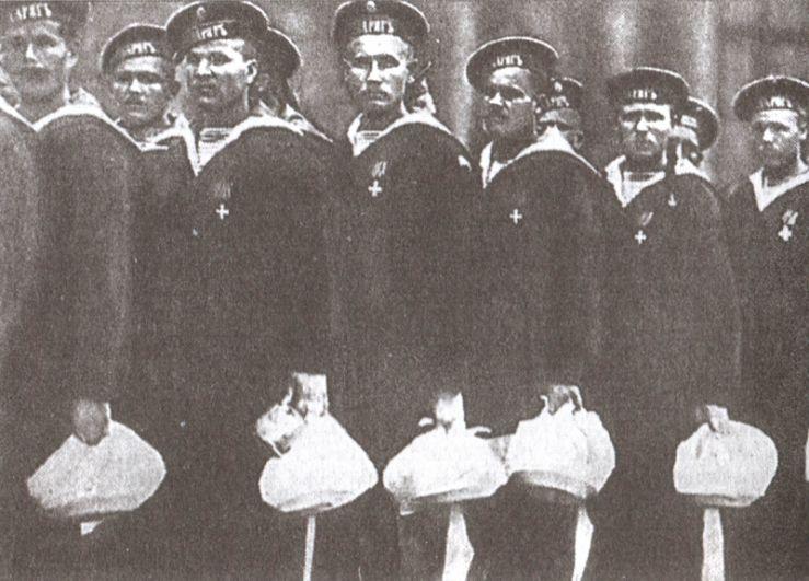 Члены экипажа крейсера «Варяг» с подарками на Знаменской площади Санкт-Петербурга.