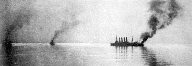 «Варяг» после боя. Виден крен корабля и сильный пожар на корме.