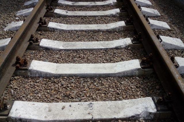 Мужчина выбежал на пути прямо перед поездом, поезд сбил мужчину и протащил его еще пару метров.