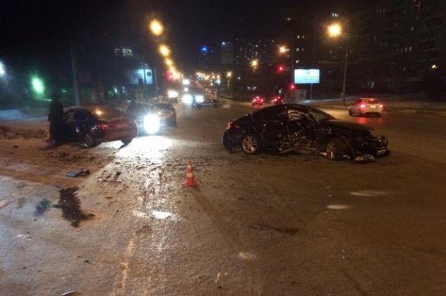 От удара автомобили отбросило в разные стороны.