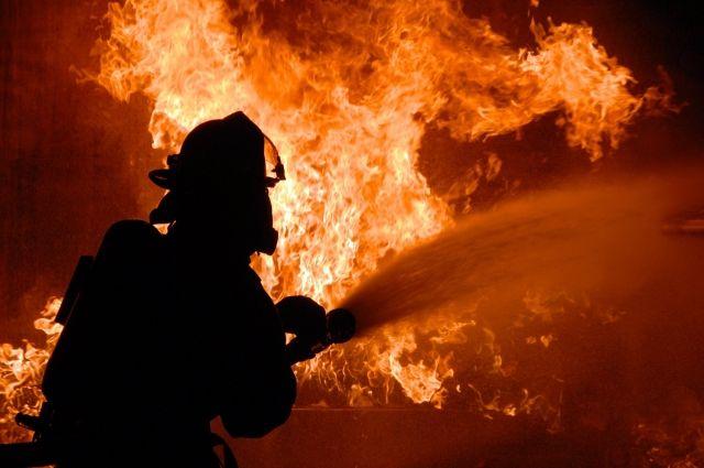 В Тарко-Сале тушили пожар на территории базы «Омега-Сервис»