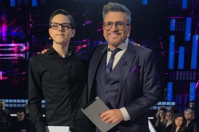 Ведущий Вадим Такменев подарил свой автограф юному герою передачи, написав, что ждет его на работу в будущем.
