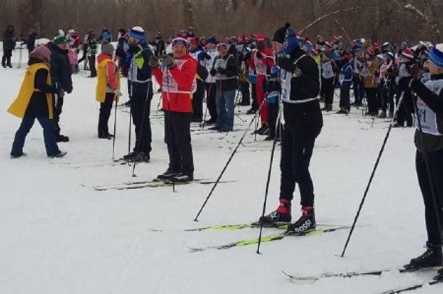 По традиции на поляне прошло несколько забегов, участников разделили на группы по возрасту и полу.