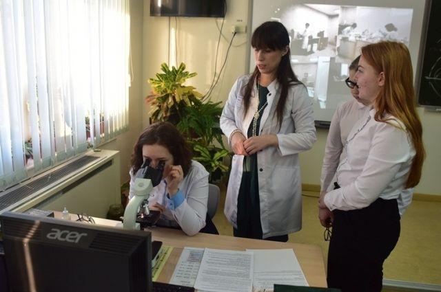 Тазовские врачи проводят уроки для учеников медицинского класса