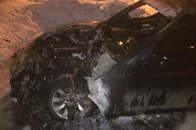 Автомобиль серьёзно повреждён огнём.