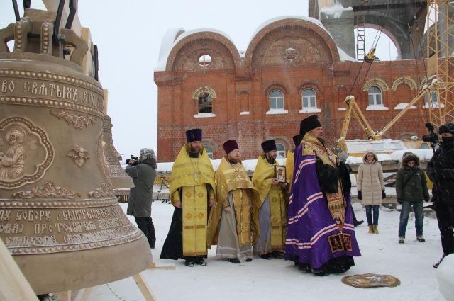 Два колокола весом 500 и 820 кг освятили и подняли на звонницу Свято-Стефановского собора.