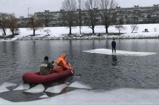 Опасные игры: в Киеве спасатели чудом сняли со льдины 12-летнего ребенка