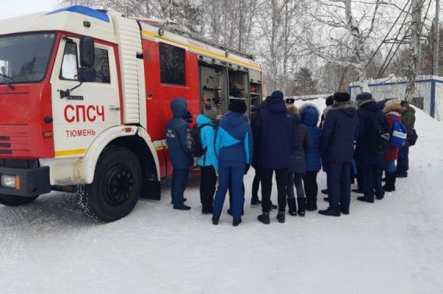 Тюменские школьники узнали, за какое время одевается пожарный