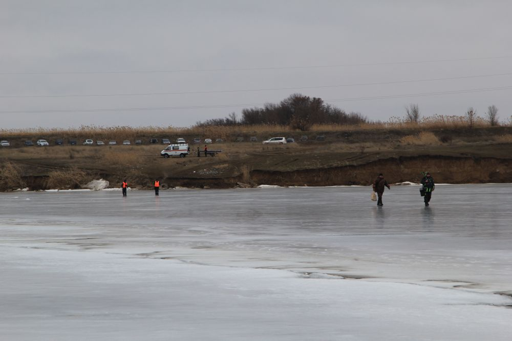 На берегу дежурит наряд спасателей.