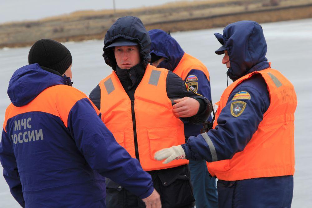 Спасатели обсуждают сводку погоды и куда необходимо выдвинуться в первую очередь.