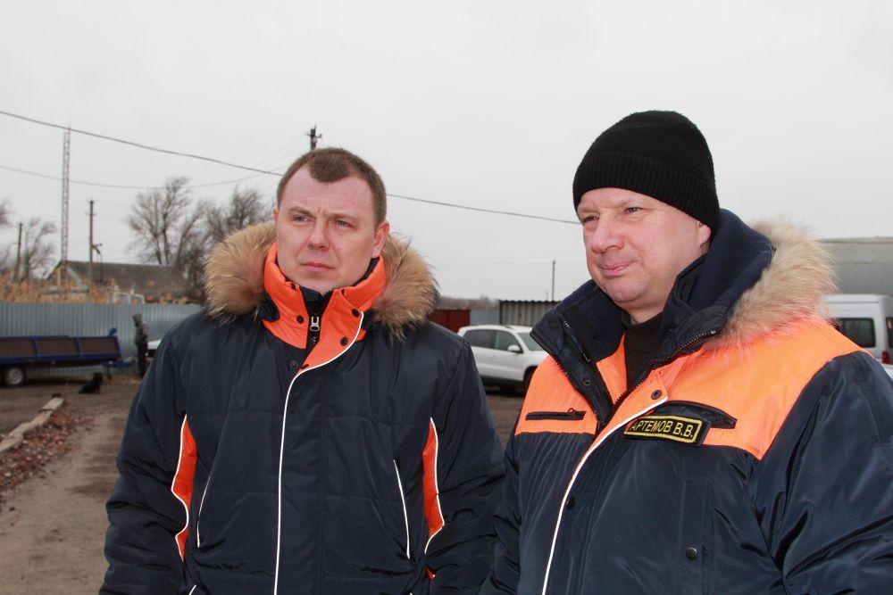 Проверили ситуацию в местах зимней рыбалки региональный руководитель МЧС Вячеслав Бутко и замгубернатора Вадим Артемов.