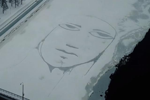 Художник Алексей Илькаев, известный как SAD FACE, три часа рисовал лицо ночью с восьмого на девятое февраля.