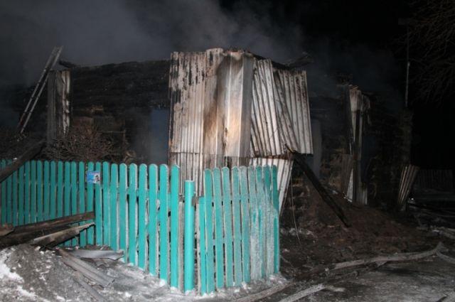 От бревенчатого дома остались обгорелые стены.