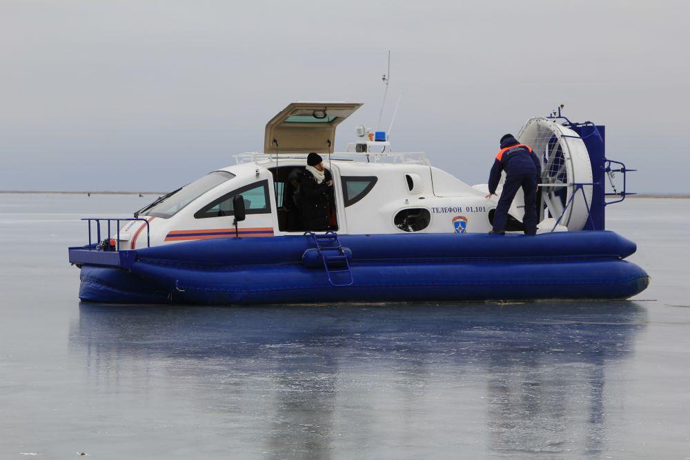В рейд вышли на судне с резиновой подушкой, специальный транспорт может ходить по воде и льду.