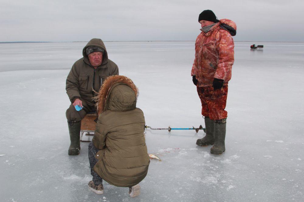 Рыбаки рассказывают, что почти каждый из них проваливался под лед, но сумели выбраться.